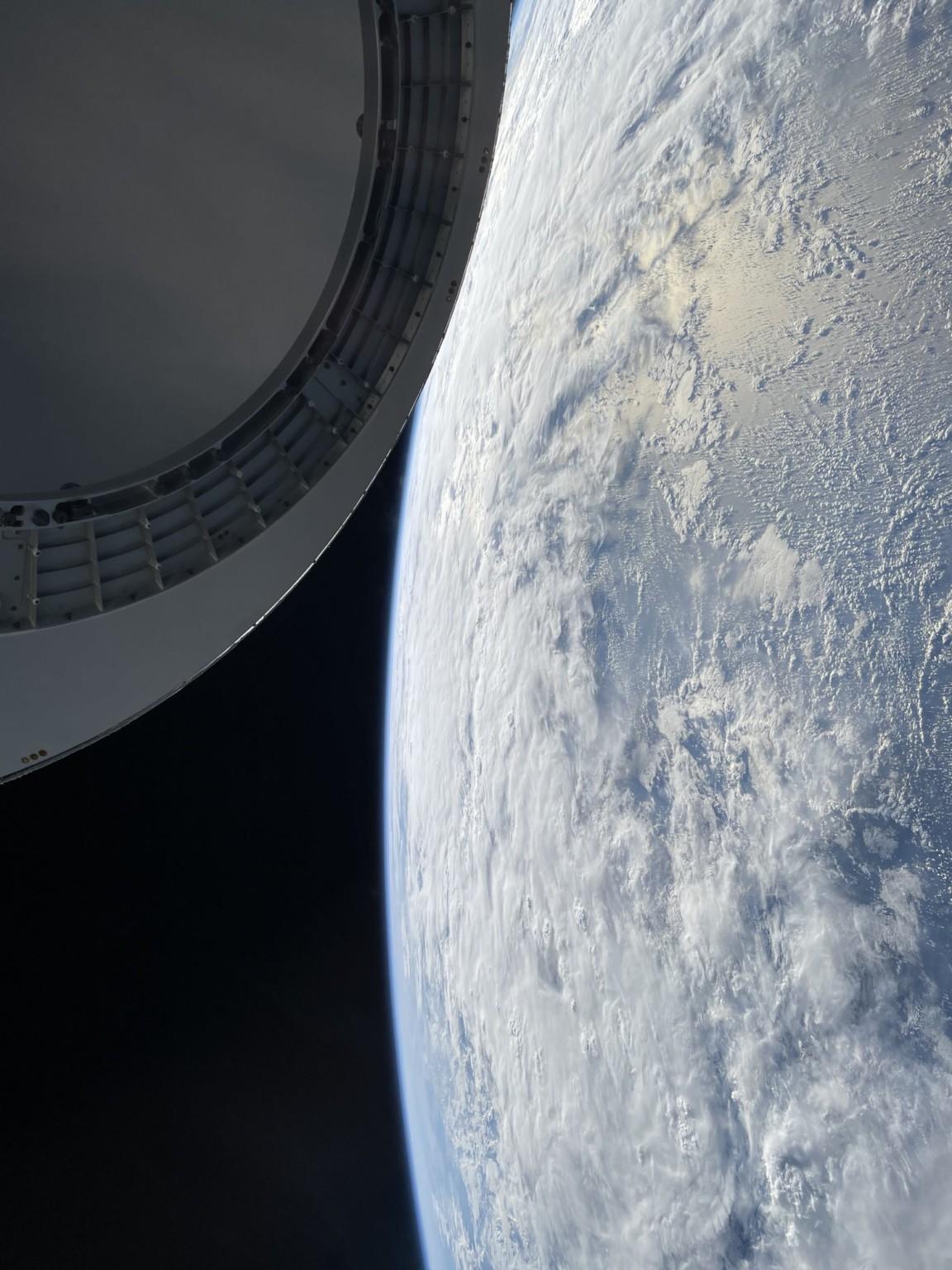 Tỷ phú chia sẻ ảnh chụp bằng iPhone 12 trên tàu của SpaceX: Thật ấn tượng khi một chiếc iPhone chụp được như thế này - Ảnh 1.