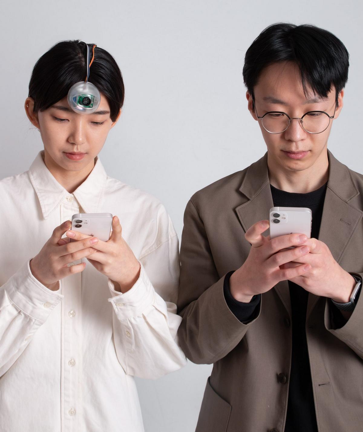 Con mắt robot dính trước trán này sẽ cho phép bạn vừa đi bộ vừa bấm điện thoại - Ảnh 3.