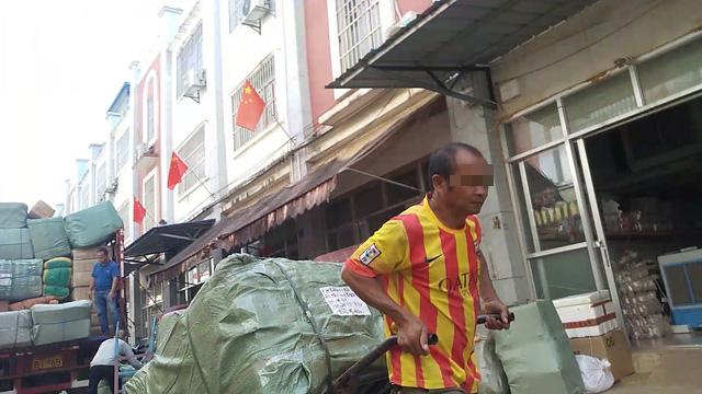 """Tận thấy đường đi của hàng lậu """"tuồn"""" từ Trung Quốc về Việt Nam - Ảnh 4."""