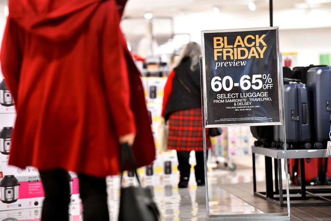 Mẹo tránh mua phải hàng giả, hàng fake mà các chủ cửa hàng hay trộn lẫn để bán giá thấp cho khách trong ngày Black Friday - Ảnh 2.