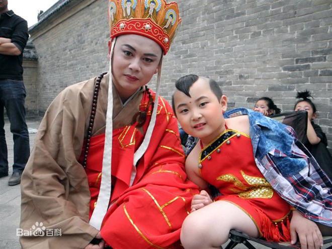 Đứa bé trong tranh Tết nổi tiếng nhờ vẻ đáng yêu, kiếm tiền nuôi cả gia đình rồi đột ngột qua đời, tất cả chỉ vì một câu nói của mẹ ruột - Ảnh 1.