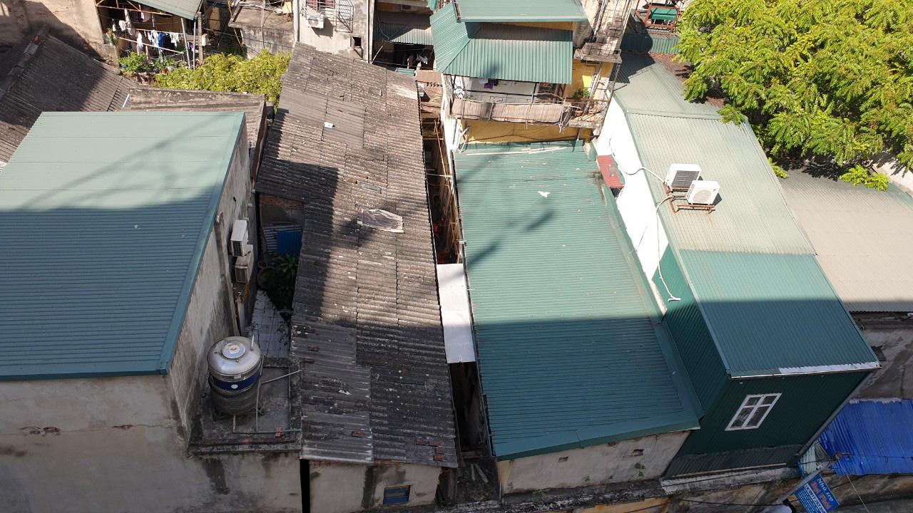 Cận cảnh nhà trọ chỉ vài mét vuông nóng hầm hập giữa Thủ đô, người thuê ám ảnh đến cả giấc ngủ - Ảnh 2.