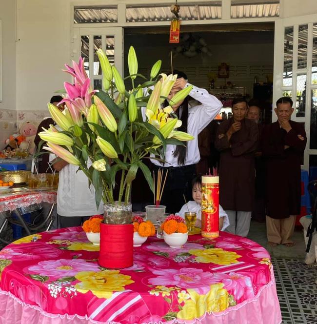 Vợ 2 Vân Quang Long tổ chức lễ cúng 49 ngày cho chồng - Ảnh 2.