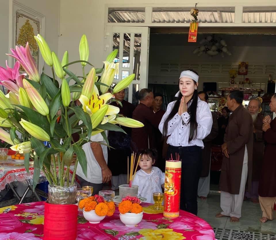 Vợ 2 Vân Quang Long tổ chức lễ cúng 49 ngày cho chồng - Ảnh 3.