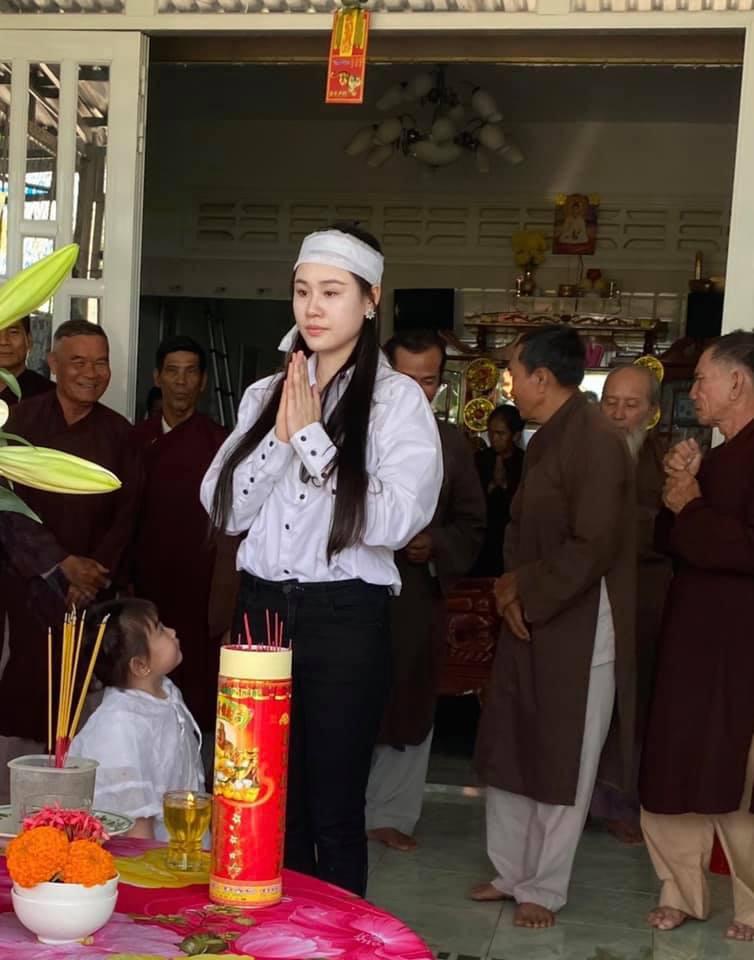 Vợ 2 Vân Quang Long tổ chức lễ cúng 49 ngày cho chồng - Ảnh 4.
