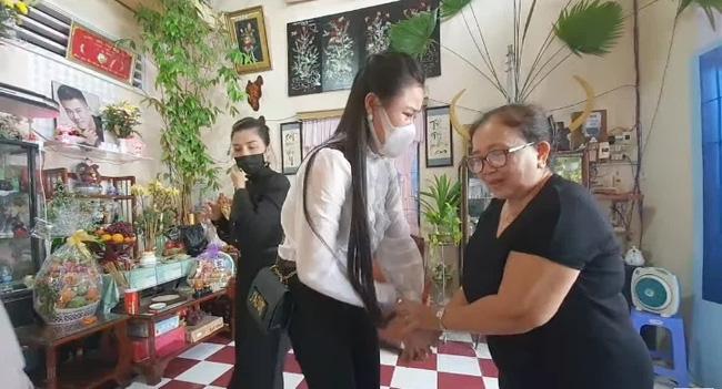 Vợ 2 Vân Quang Long tổ chức lễ cúng 49 ngày cho chồng