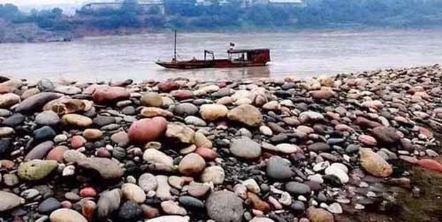 Ngôi làng ẩn chứa báu vật ở đáy sông, chỉ cần nhặt đại một cục đá cuội đem bán cũng đủ tiền mua xe, sửa nhà - Ảnh 2.