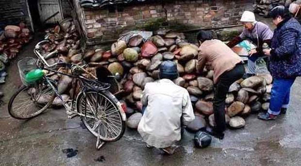 Ngôi làng ẩn chứa báu vật ở đáy sông, chỉ cần nhặt đại một cục đá cuội đem bán cũng đủ tiền mua xe, sửa nhà - Ảnh 4.