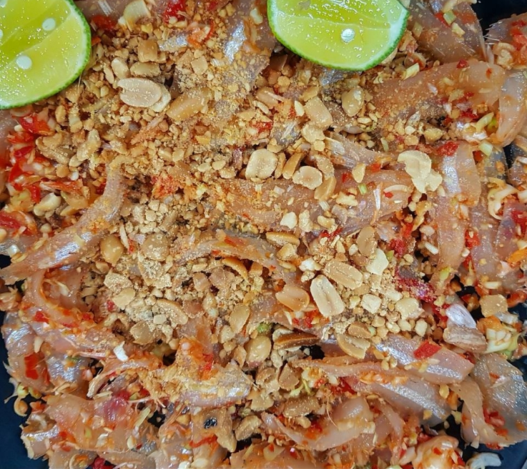 Món gỏi cá hút khách nhất Quy Nhơn được ví như sushi phiên bản Việt - Ảnh 1.