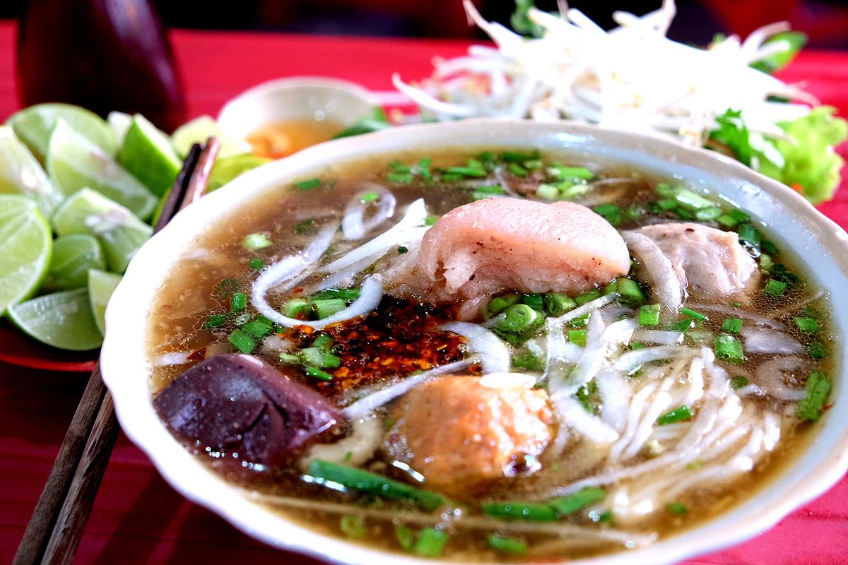Quán bún Huế giữa lòng Sài Gòn bán 1.000 tô mỗi ngày, muốn ăn phải xếp hàng chờ đợi - Ảnh 3.