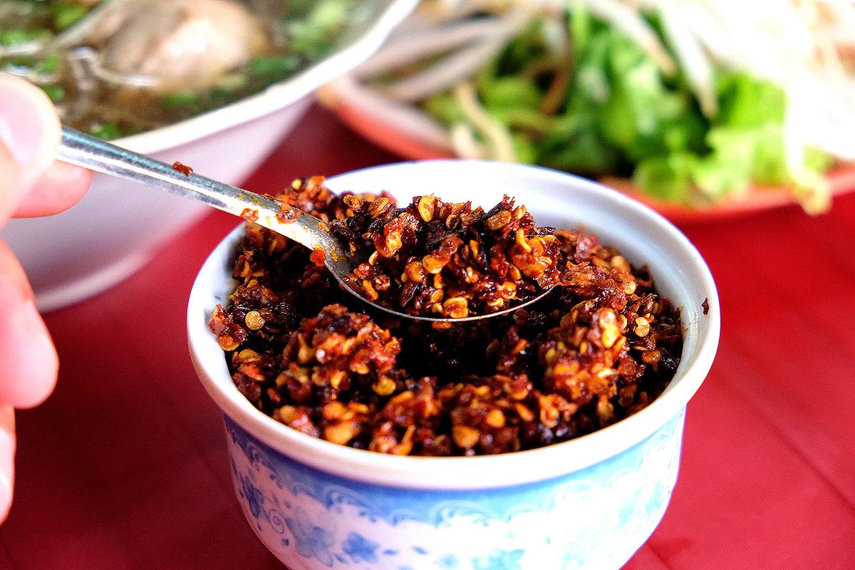 Quán bún Huế giữa lòng Sài Gòn bán 1.000 tô mỗi ngày, muốn ăn phải xếp hàng chờ đợi - Ảnh 5.
