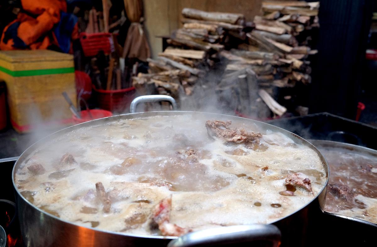 Quán bún Huế giữa lòng Sài Gòn bán 1.000 tô mỗi ngày, muốn ăn phải xếp hàng chờ đợi - Ảnh 4.