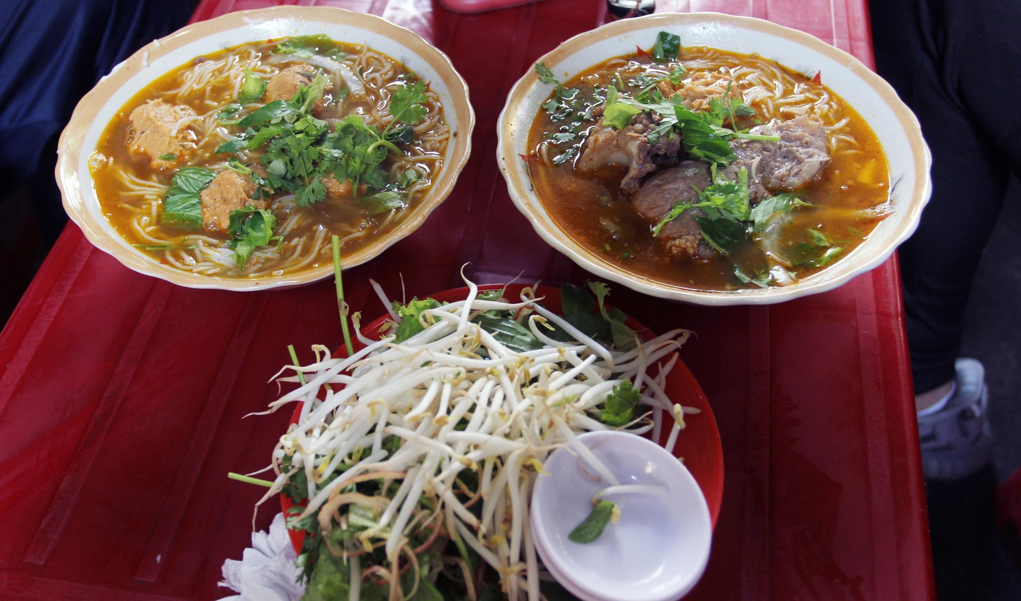 Quán bún Huế giữa lòng Sài Gòn bán 1.000 tô mỗi ngày, muốn ăn phải xếp hàng chờ đợi - Ảnh 1.