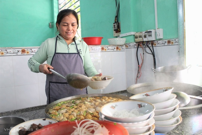 Quán bún Huế giữa lòng Sài Gòn bán 1.000 tô mỗi ngày, muốn ăn phải xếp hàng chờ đợi - Ảnh 2.