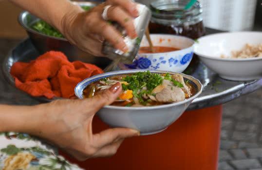 Quán bánh canh cua vỉa hè ngon nức tiếng, bát đắt nhất lên đến 200.000 đồng - Ảnh 7.