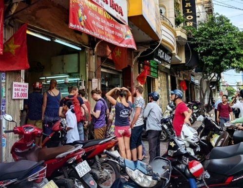 """Tiệm bánh mì """"đắt nhất Sài Gòn"""" được nhiều blogger nước ngoài giới thiệu luôn kín người xếp hàng chờ mua - Ảnh 1."""