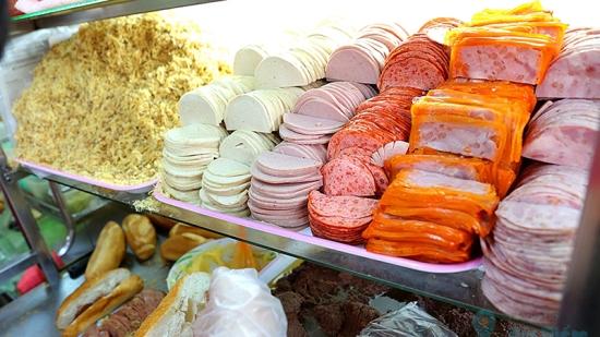 """Tiệm bánh mì """"đắt nhất Sài Gòn"""" được nhiều blogger nước ngoài giới thiệu luôn kín người xếp hàng chờ mua - Ảnh 3."""