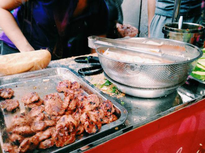 Quán bánh mì thịt nướng bán không ngừng tay ở phố Nguyễn Trãi, từng được tạp chí du lịch Mỹ vinh danh ngon nhất thế giới - Ảnh 3.