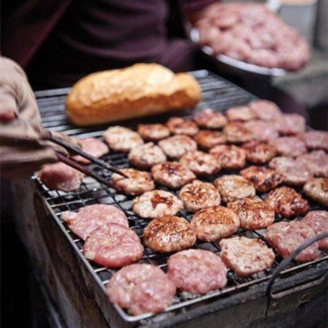 Quán bánh mì thịt nướng bán không ngừng tay ở phố Nguyễn Trãi, từng được tạp chí du lịch Mỹ vinh danh ngon nhất thế giới - Ảnh 5.