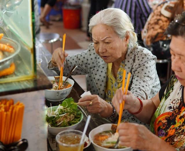 Quán bún suông tuổi đời gần 80 năm, công thức gia truyền 3 thế hệ nức tiếng chợ Bến Thành - Ảnh 1.