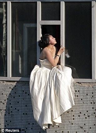 Cô gái mặc váy cưới nhảy khỏi tòa nhà, cuộc giải cứu nghẹt thở trong 54 giây và bức ảnh đạt giải thưởng gây xúc động mạnh - Ảnh 3.