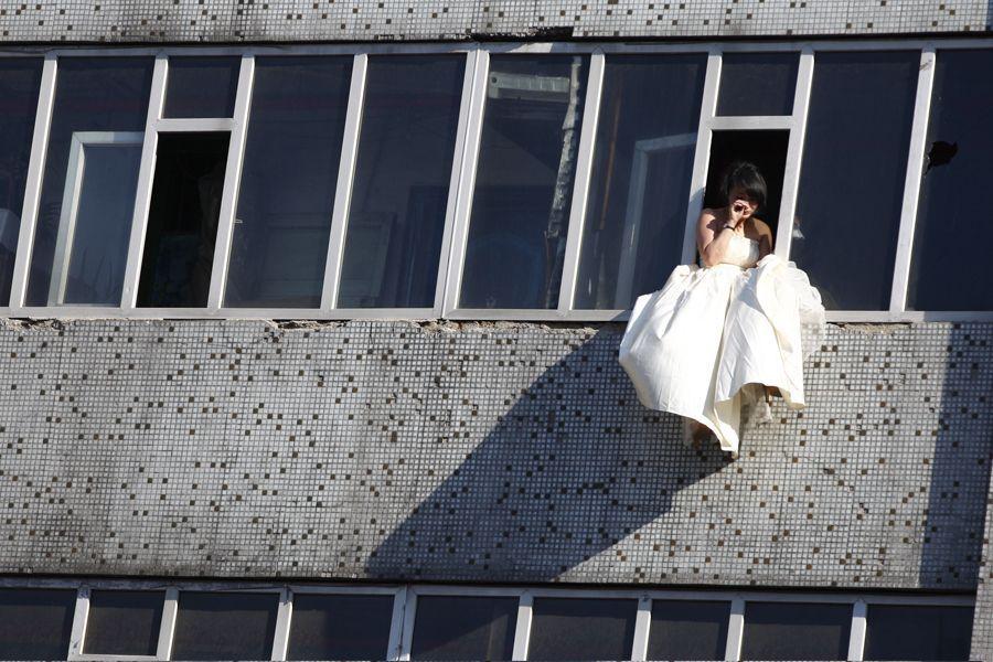 Cô gái mặc váy cưới nhảy khỏi tòa nhà, cuộc giải cứu nghẹt thở trong 54 giây và bức ảnh đạt giải thưởng gây xúc động mạnh - Ảnh 4.
