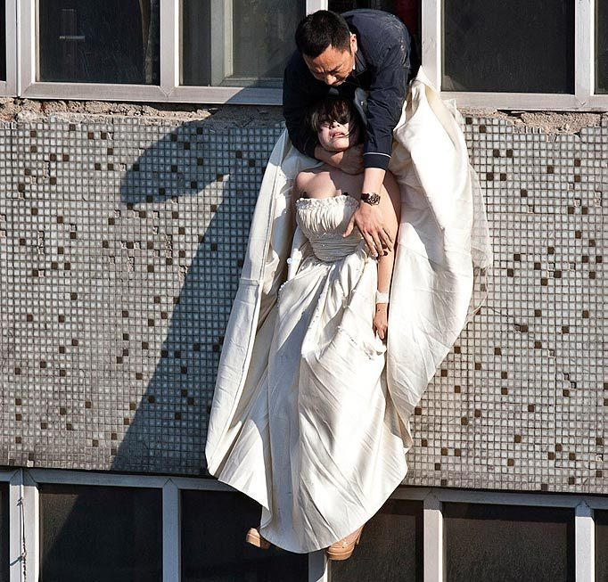 Cô gái mặc váy cưới nhảy khỏi tòa nhà, cuộc giải cứu nghẹt thở trong 54 giây và bức ảnh đạt giải thưởng gây xúc động mạnh - Ảnh 6.