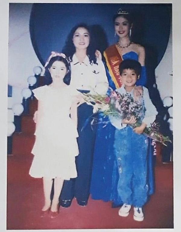 Em trai đăng ảnh lúc Hoa hậu Thu Thủy đăng quang, thổn thức nhớ chị - Ảnh 2.