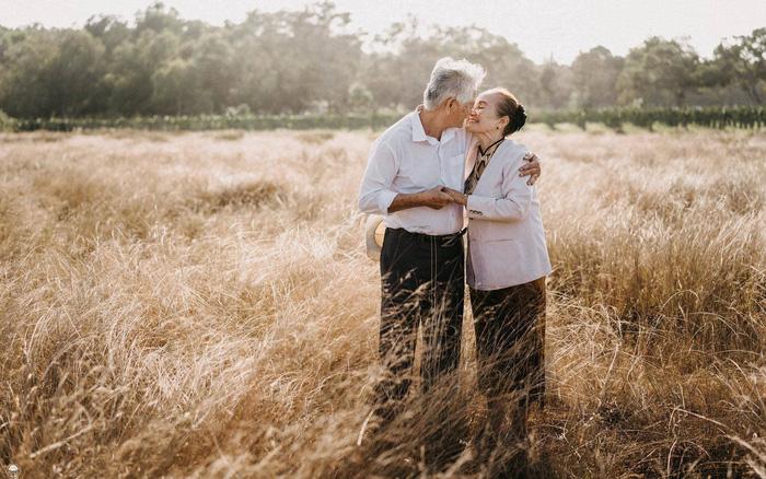 75 tuổi dẫn vợ sắp cưới về chào con cháu - Ảnh 1.