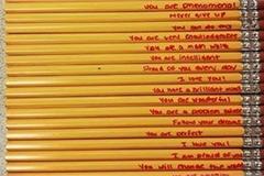 Mẹ viết những lời đặc biệt lên cây bút chì để khích lệ con trai