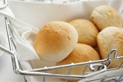 Vì sao nhiều nhà hàng thường tặng bánh mì miễn phí cho khách, biết đáp án sẽ khiến bạn ngã ngửa