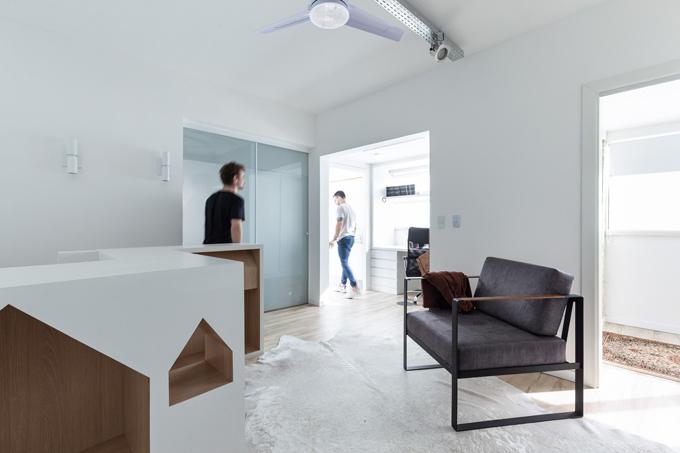 Trên tầng một là khu vực làm việc của gia chủ. Vì gia chủ thích sự tối giản nên nhóm kiến trúc sư chọn tông chủ đạo là trắng, nâu. Không gian có nhiều cửa đón nắng tự nhiên.