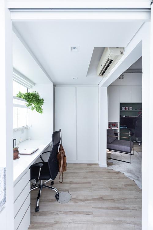 Bàn làm việc thứ hai có thể nhìn thẳng ra bên ngoài. Nội thất cho phòng làm việc đều mang sắc trắng, tạo cảm giác rộng rãi cho không gian.