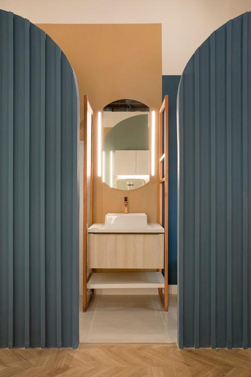 Chính giữa phòng tắm và nhà vệ sinh là nơi để gia chủ soi gương, rửa tay.