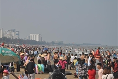 Thousands flock to beach after social distancing rules ease