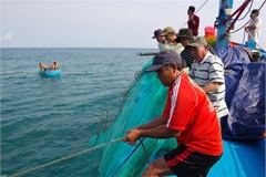 Vietnamese fishermen flock to sea despite China's ban