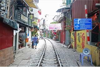 Hanoi railway street becomes quiet following service ban
