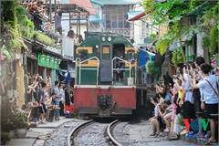 Train makes emergency brake on Hanoi railway tourist site