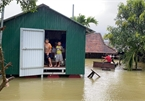 Floating shelters house people in Vietnam's flood-hit areas