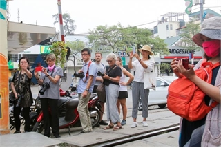 Newly-opened coffee shops on Hanoi railway closed
