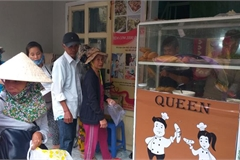 Quang Nam man opens free bread stall for poor people