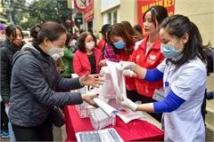 Hanoians queue to receive free hand wash