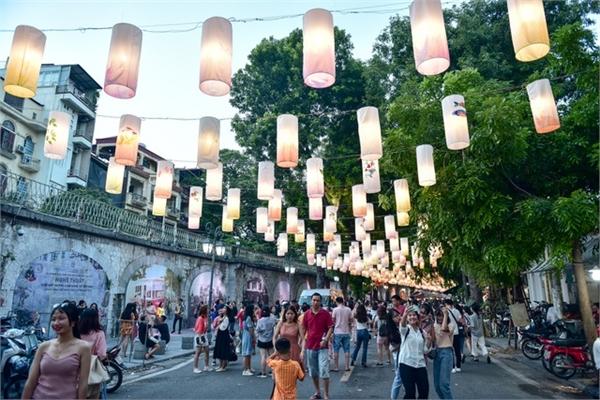 Hanoi street coloured with lanterns ahead Mid-Autumn Festival