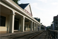 Long Bien Railway Station attracts visitors after being renovated