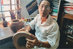 Can Tho artisan turns coconut shells into teapot holders