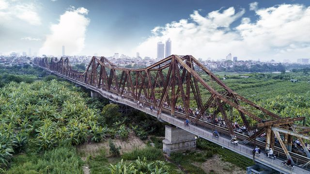 Visitors flock to Long Bien Bridge after popular railway off