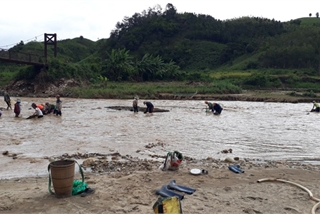 Kon Tum villagers risk lives to salvage golds after storm