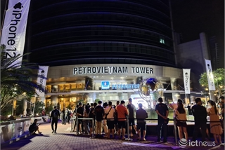 HCM City buyers queue at midnight for iPhone 12