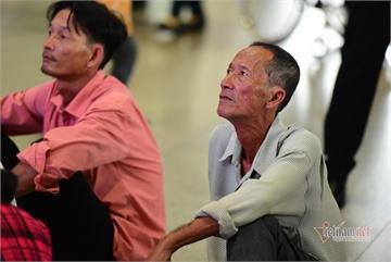 Families reunite at Tan Son Nhat as Tet nears
