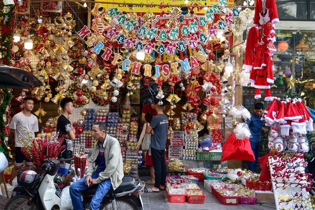 Christmas atmosphere on Hang Ma Street